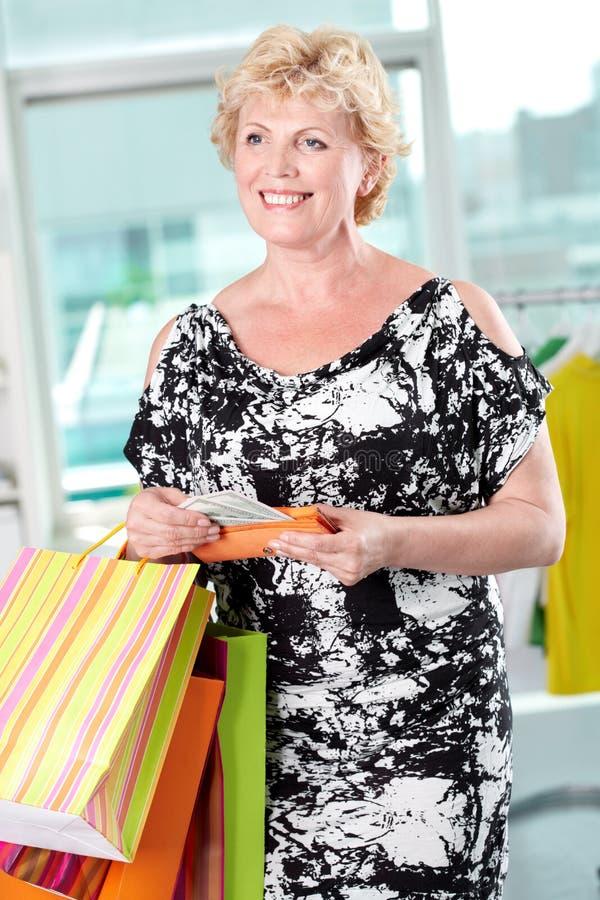 Weibliches Einkaufen lizenzfreies stockfoto