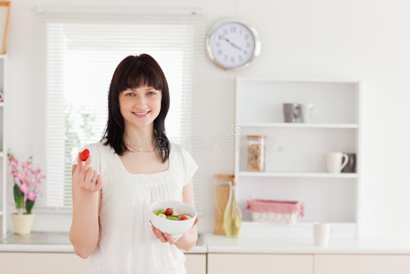 Weibliches Essen des reizend Brunette stockbild
