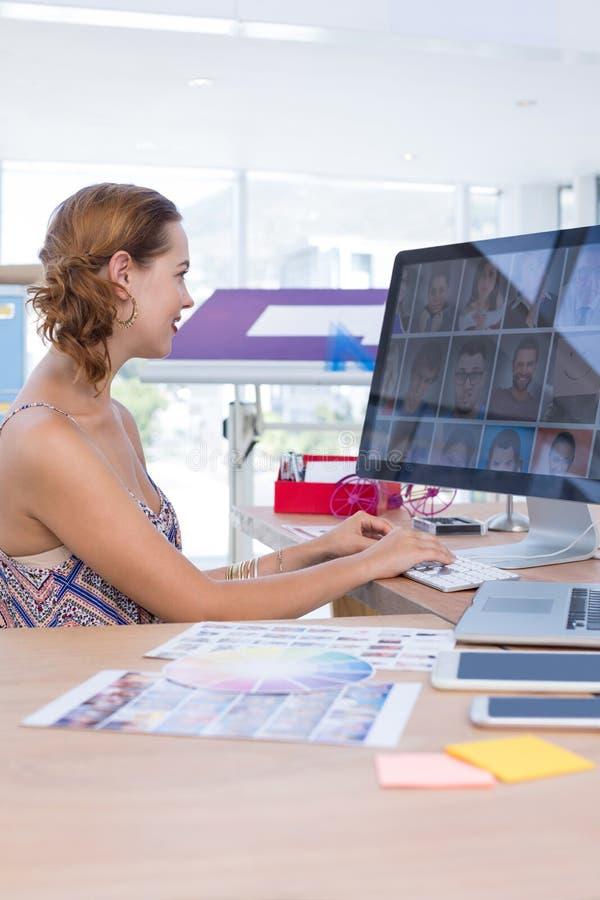 Weibliches Exekutivarbeiten an Computer im Büro lizenzfreie stockfotografie