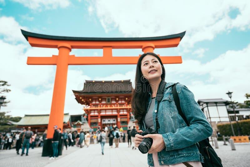 Weibliches Fotografschießen, das slr Kamera hält lizenzfreie stockbilder