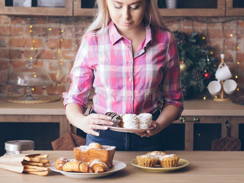 Weibliches frisches Gebäckmuffin der selbst gemachten süßen Bäckerei lizenzfreies stockbild