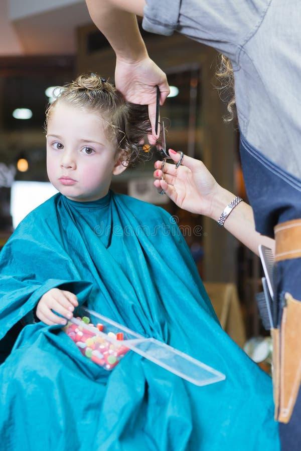 Weibliches Friseurausschnitt-Jungenhaar stockfotografie