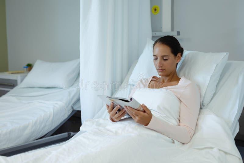 Weibliches geduldiges Ablesenbuch im Bezirk am Krankenhaus stockfotos