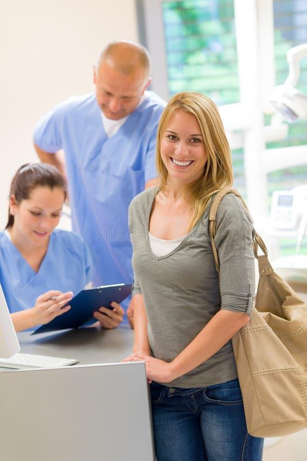 Weibliches geduldiges Kommen zur Zahnchirurgie lizenzfreies stockbild