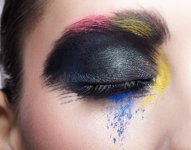 Weibliches geschlossenes Auge mit ungewöhnlichem künstlerischem malendem Make-up stockbild