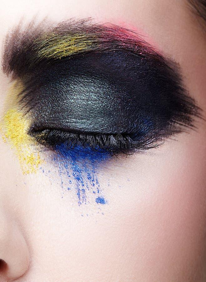 Weibliches geschlossenes Auge mit ungewöhnlichem künstlerischem malendem Make-up lizenzfreies stockfoto