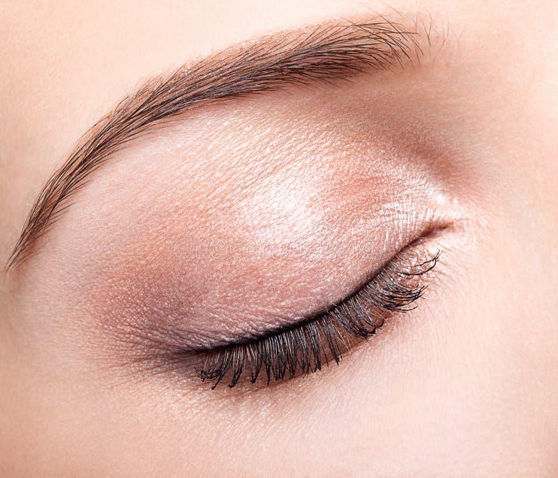 Weibliches geschlossenes Auge und Brauen mit Tagesmake-up stockfotografie