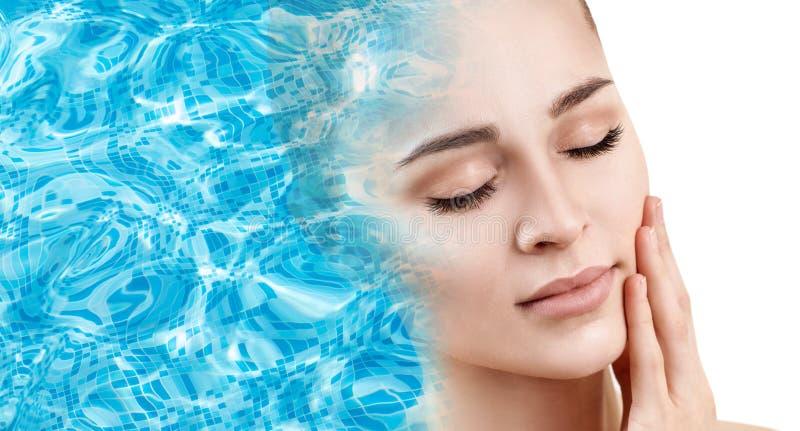 Weibliches Gesicht erscheint von der Poolkräuselung des blauen Wassers lizenzfreie stockfotos