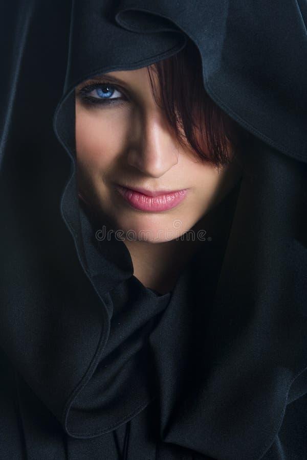 Weibliches Gesicht im Tuch lizenzfreie stockfotos
