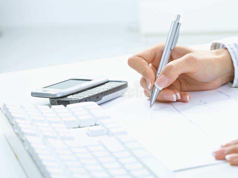 Weibliches Handschreiben auf Papier lizenzfreies stockbild