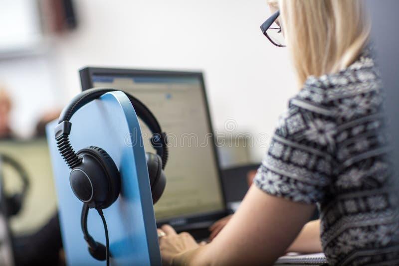 Weibliches interpretr simultaner Interpretstand lizenzfreie stockfotos