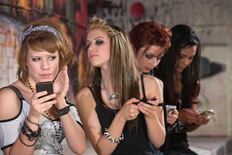 Weibliches jugendlich versteckendes Telefon lizenzfreies stockbild