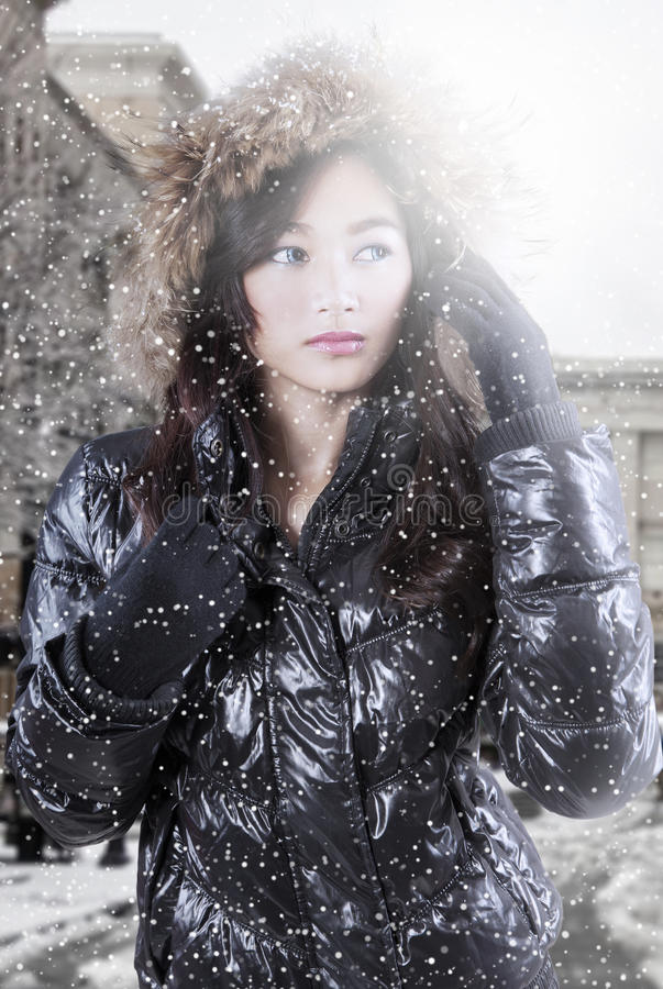 Weibliches Jugendmodell mit Winterjacke in der Stadt lizenzfreie stockfotografie