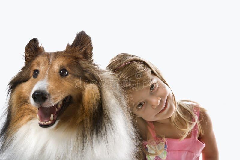Weibliches Kind mit Colliehund. lizenzfreies stockbild