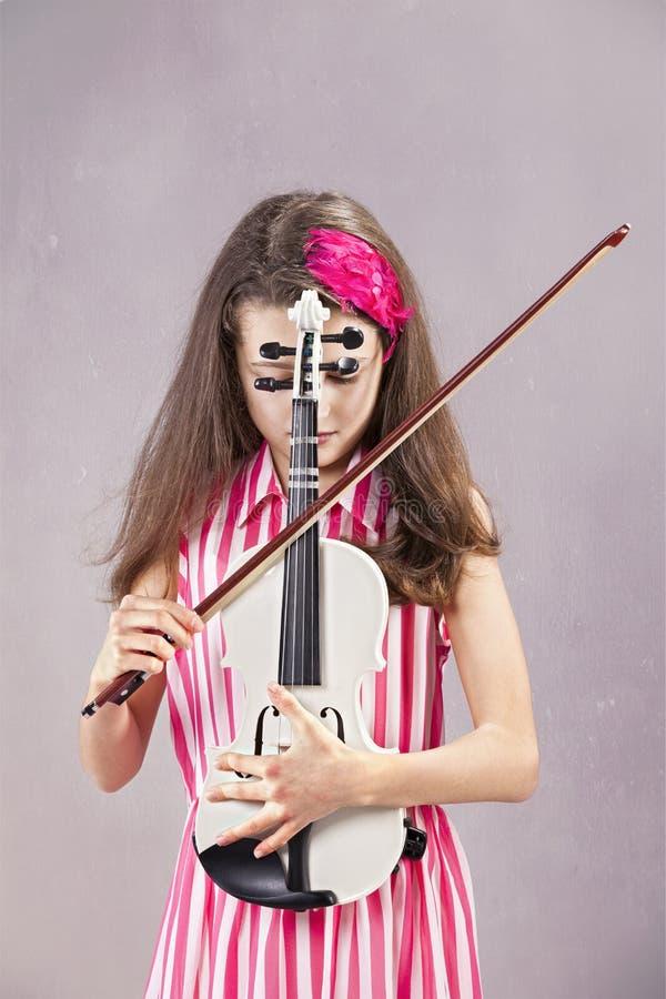 Weibliches Kind, welches die Violine spielt lizenzfreie stockfotografie