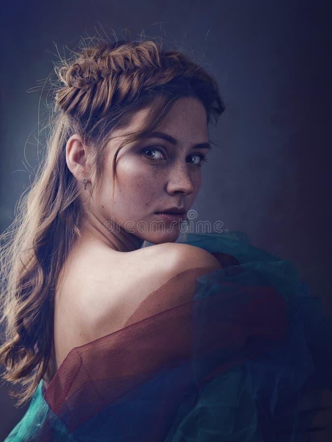 Weibliches Kunstporträt des Wunders mit schöner erwachsener Frau stockbild