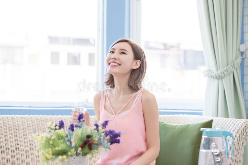 Weibliches lächelndes Modell lizenzfreie stockfotografie