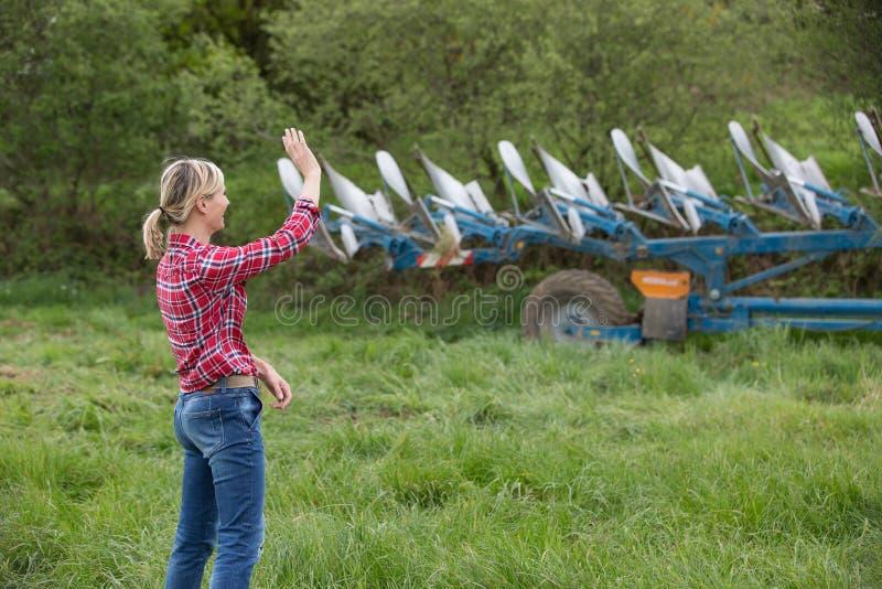 Weibliches Landwirtsagen gut vorbei zu ihrem Ehemann stockfotografie