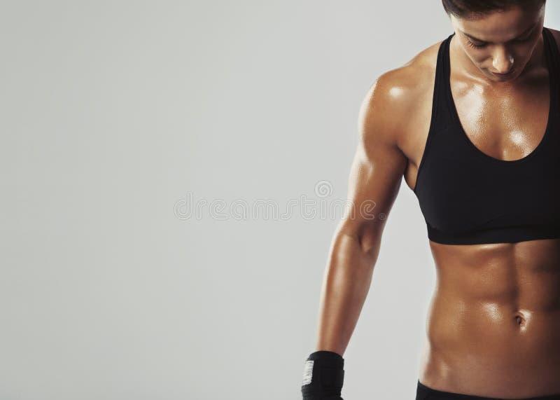 Weibliches Liegen beim intensiven Training stockfotos