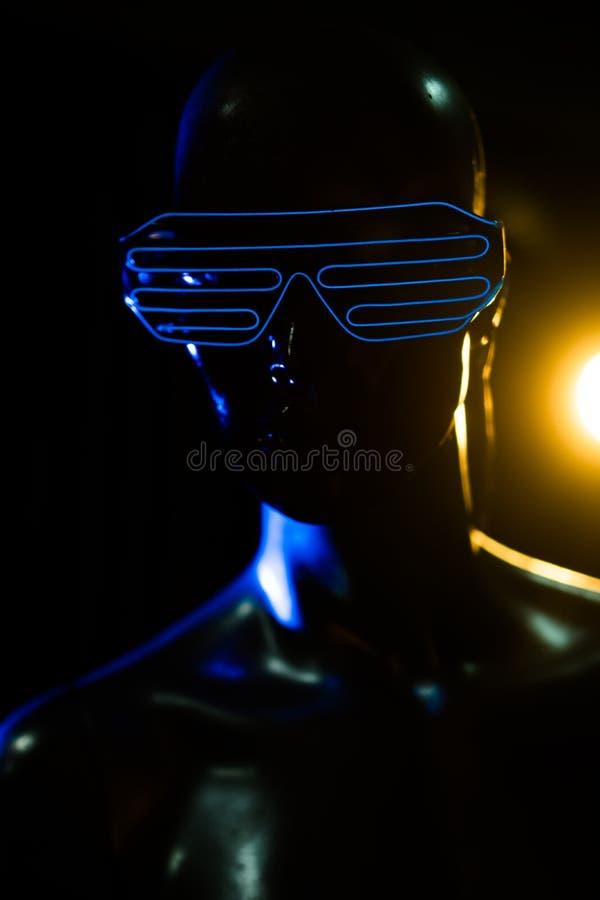 Weibliches Mannequin mit Neon führte Gläser lizenzfreies stockbild
