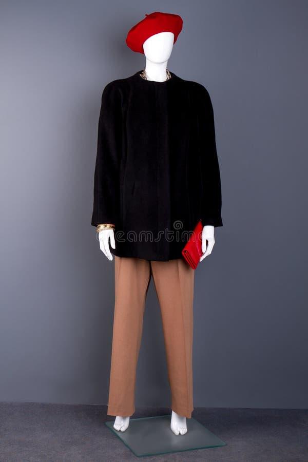 Weibliches Mannequin mit rotem Barett und Geldbörse stockbild