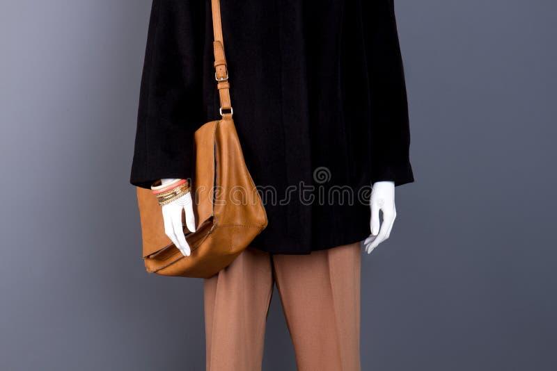 Weibliches Mannequin mit stilvoller Handtasche lizenzfreies stockbild