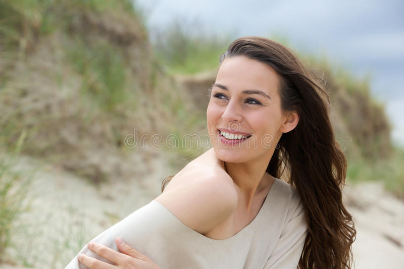 Weibliches Mode-Modell, das draußen lächelt lizenzfreies stockbild