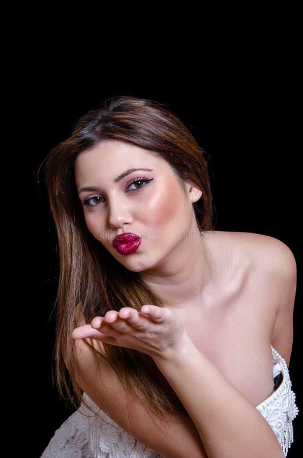 Weibliches Modell Babyface, Das Trägerloses Weißes Kleid Auf ...