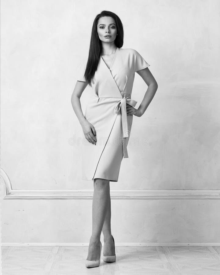 Weibliches Modell in beige Bauerntrickmidi-Kleid lizenzfreie stockbilder