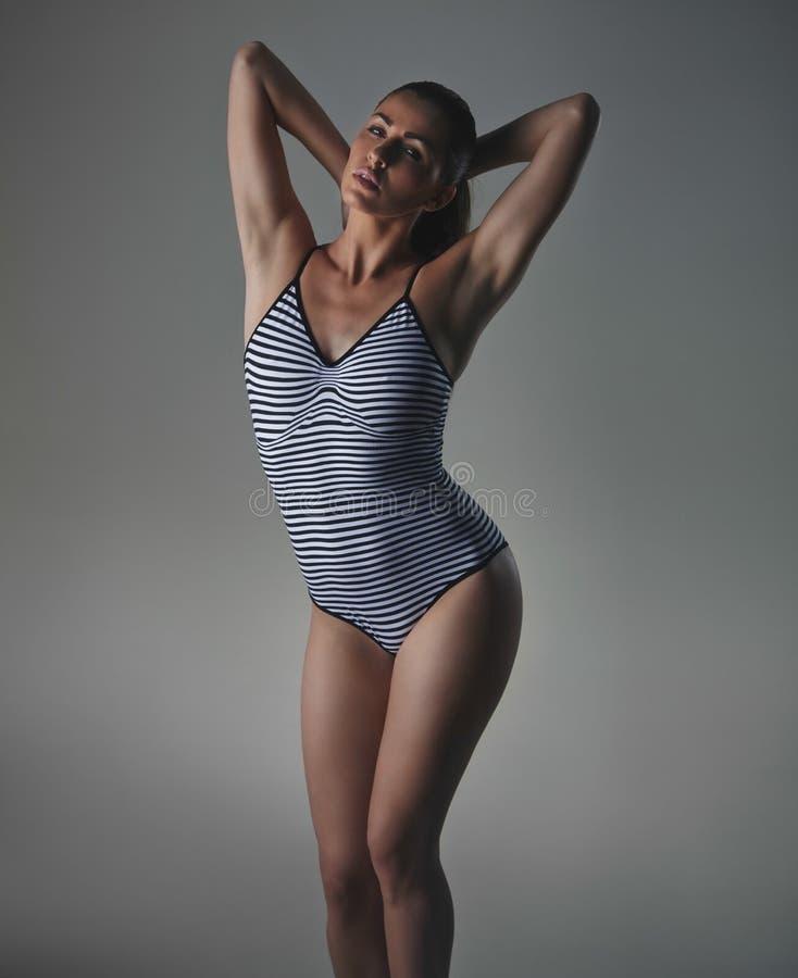 Weibliches Modell in bodystocking sinnlich aufwerfen stockfoto