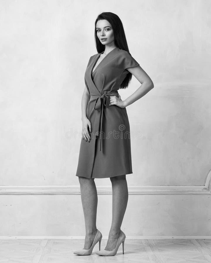 Weibliches Modell in braunem Bauerntrickmidi-Kleid lizenzfreie stockfotos