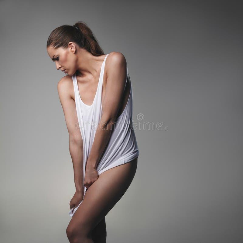 Weibliches Modell, das verlockend im Trägershirt aufwirft lizenzfreie stockfotos