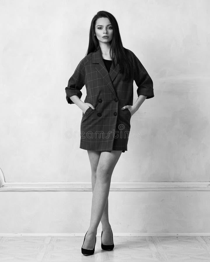 Weibliches Modell in rotem Bauerntrickmidi-Kleid lizenzfreie stockfotos