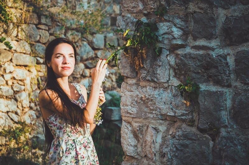 Weibliches Porträt der jungen romantischen Frau mit dem langen Haar, den roten Lippen und Maniküre im weißen Kleid blüht Recht we lizenzfreie stockfotografie