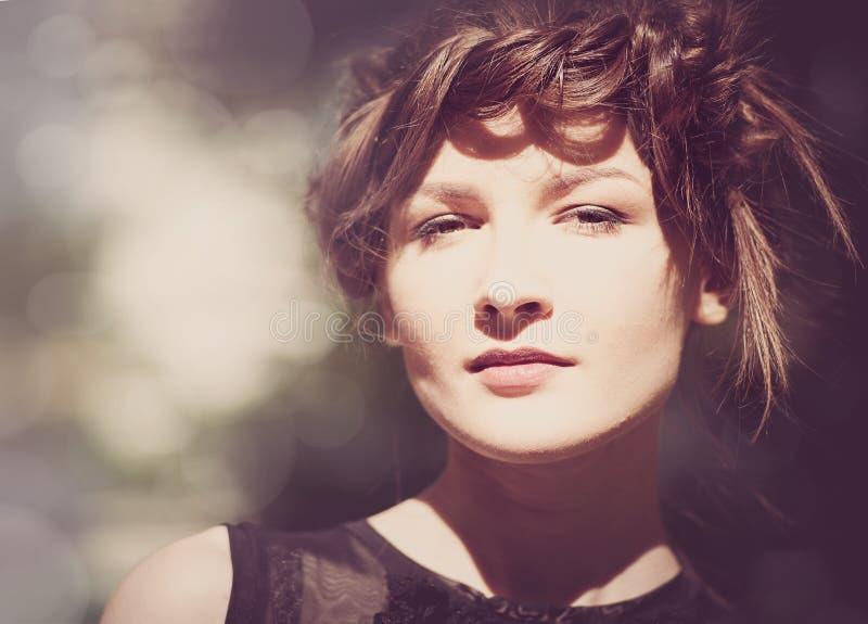 Weibliches Porträt mit Schönheit bokeh lizenzfreie stockfotografie