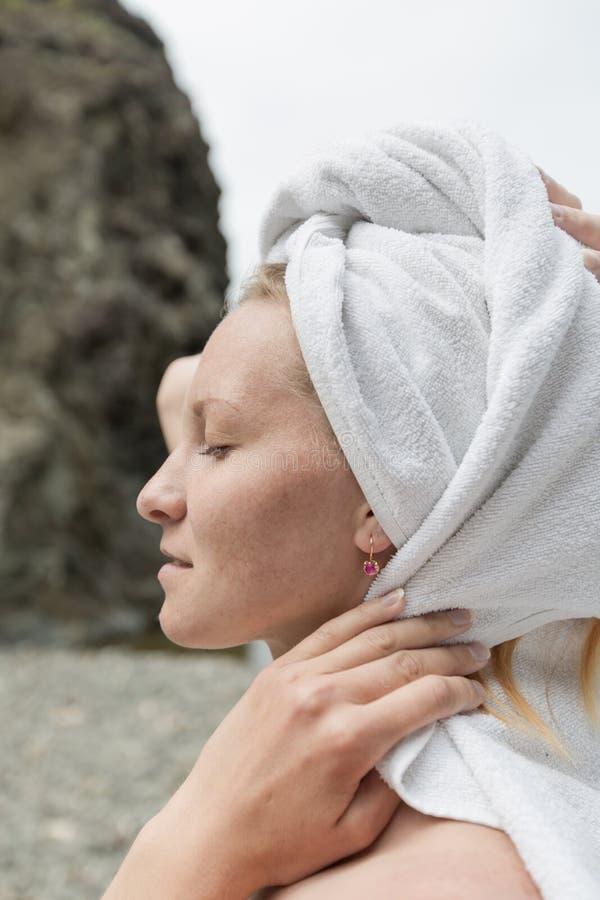 Weibliches Profil im Turban stockfoto