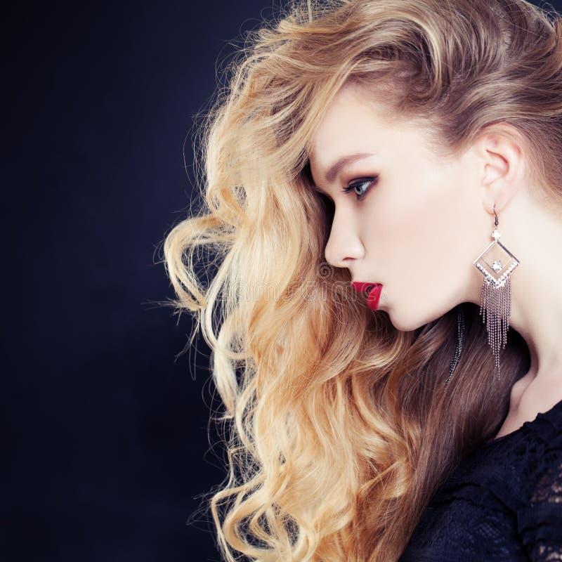 Weibliches Profil Schönheit mit dem langen gewellten blonden Haar stockfotografie