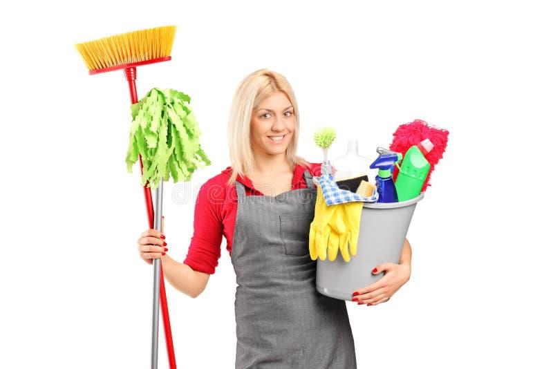 Weibliches Reinigungsmittel, das eine Wanne anhält stockfotografie