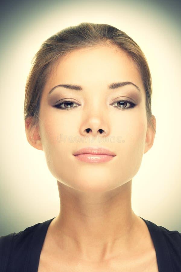 Weibliches Schönheitsportrait - ernster Blick stockfotos