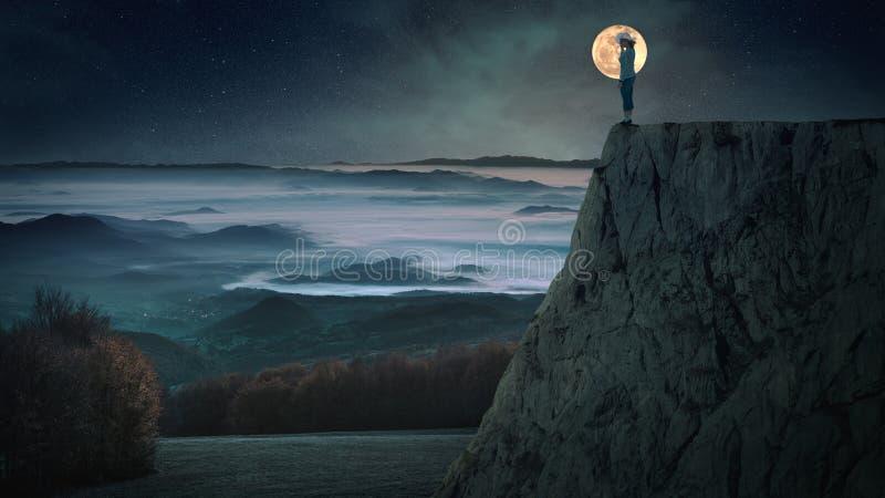 Weibliches Schattenbild gegen den Mond im Berg stockfotografie