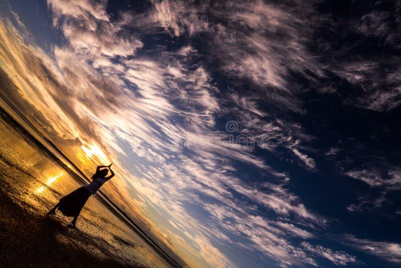 Weibliches Schattenbildtanzen bei Sonnenuntergangsonnenaufgang stockbilder