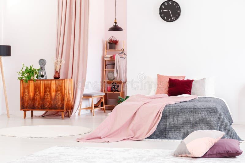 Weibliches Schlafzimmer mit begehbarem Schrank stockbild