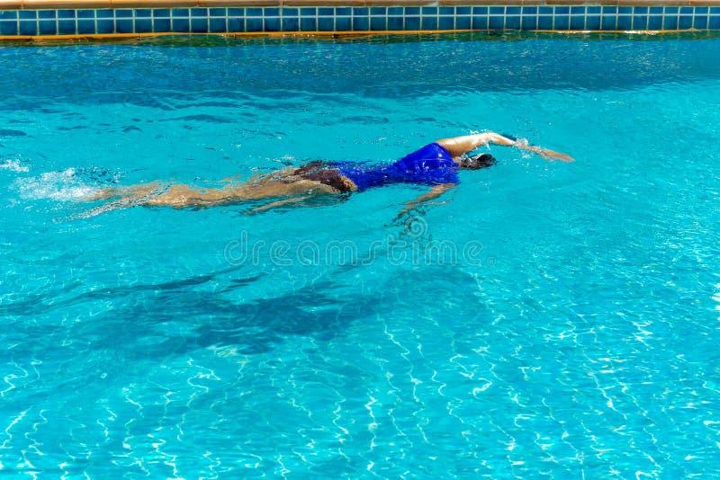 Weibliches Schwimmertraining im Swimmingpool stockfotografie