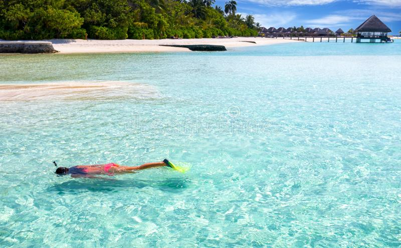 Weibliches snorkeler in Malediven stockfoto