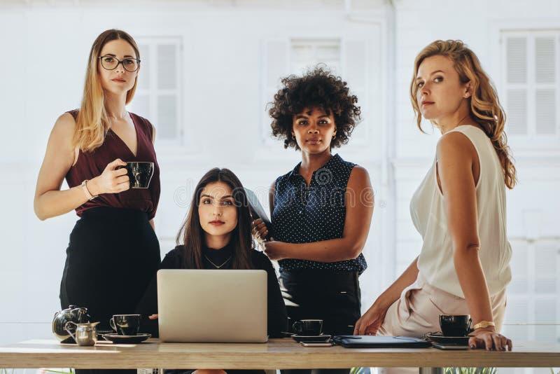 Weibliches Startgeschäftsteam stockfoto