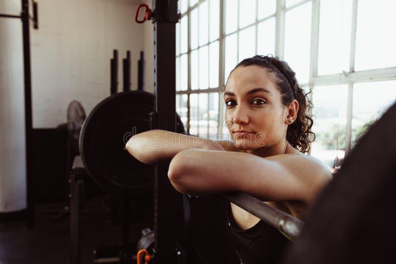 Weibliches Stillstehen nach Gewichtstraining stockfoto