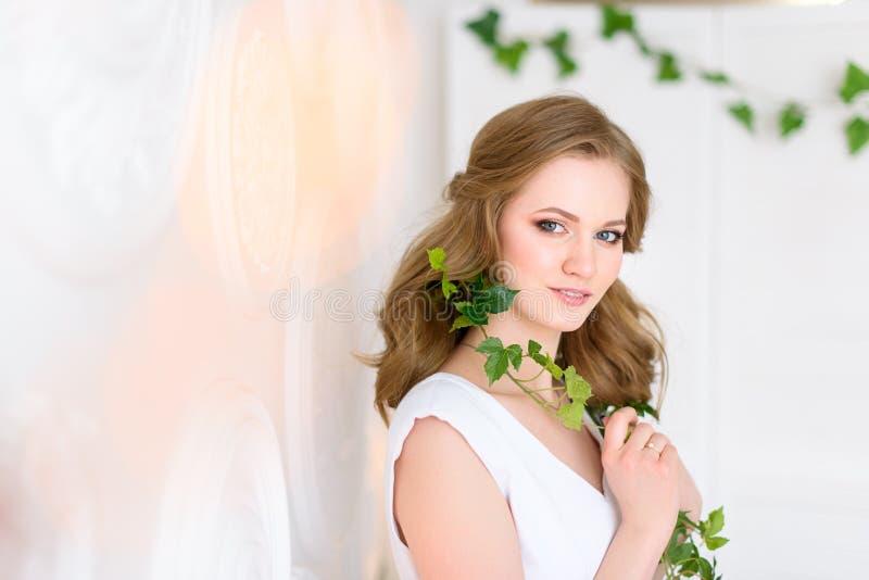 Weibliches Studioporträt Gesundheits- und Schönheitskonzept Schauen Sie zur Kamera stockfoto