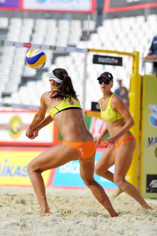 Weibliches Team vom USA-Spielvolleyball lizenzfreie stockfotografie