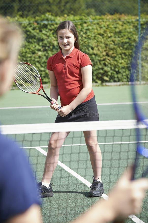 Weibliches Tennis-Trainer-Giving Lesson To-Mädchen stockbilder