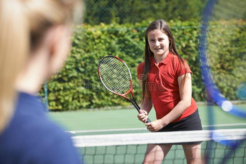 Weibliches Tennis-Trainer-Giving Lesson To-Mädchen stockfotos
